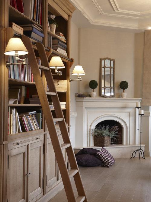 Salon avec une cheminée d'angle et un manteau de cheminée en ...