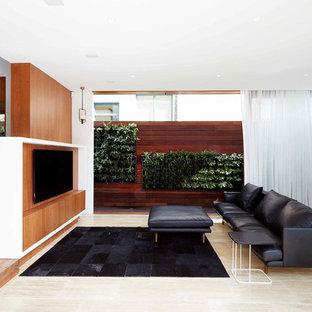 Idee per un grande soggiorno minimalista con TV a parete, pareti bianche e pavimento in travertino