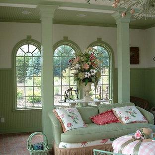 Immagine di un soggiorno classico di medie dimensioni con pareti verdi e pavimento in mattoni