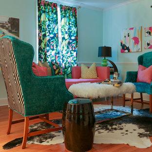 Immagine di un piccolo soggiorno eclettico chiuso con sala formale, pareti blu, parquet chiaro, nessun camino, nessuna TV e pavimento marrone