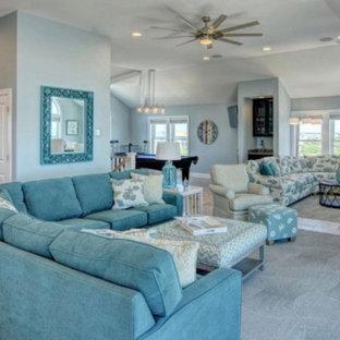 Esempio di un ampio soggiorno stile marino aperto con pavimento con piastrelle in ceramica, TV a parete e pavimento beige