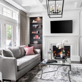 トロントの中サイズのコンテンポラリースタイルのおしゃれな独立型リビング (フォーマル、標準型暖炉、漆喰の暖炉まわり、壁掛け型テレビ、白い壁、濃色無垢フローリング) の写真
