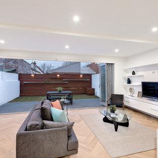 メルボルンのコンテンポラリースタイルのおしゃれなLDK (白い壁、無垢フローリング、据え置き型テレビ) の写真