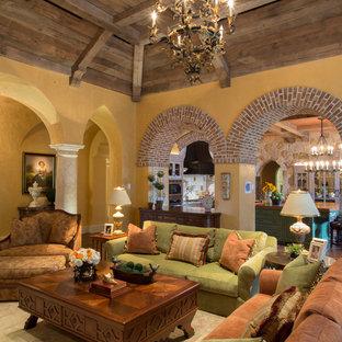 Foto de salón para visitas cerrado, mediterráneo, de tamaño medio, sin chimenea y televisor, con paredes amarillas y suelo de madera en tonos medios