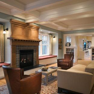 Ispirazione per un soggiorno stile americano con cornice del camino piastrellata