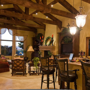 Idee per un soggiorno stile rurale di medie dimensioni e chiuso con pareti beige, pavimento in travertino, camino classico, cornice del camino in pietra e parete attrezzata