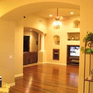 マイアミの中くらいのトラディショナルスタイルのおしゃれなリビング (フォーマル、茶色い壁、濃色無垢フローリング、据え置き型テレビ、茶色い床) の写真