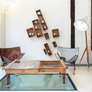 Idée de décoration pour un salon bohème avec un mur blanc.