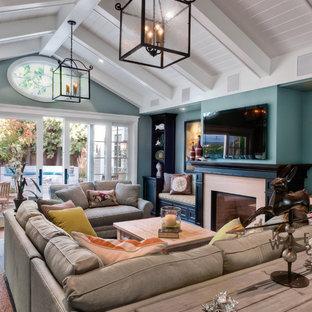 Idées déco pour un salon classique avec un mur bleu, une cheminée standard et un téléviseur fixé au mur.