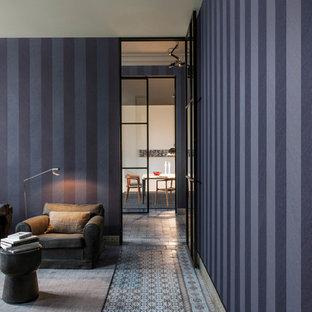 Esempio di un soggiorno mediterraneo aperto con pareti viola, pavimento con piastrelle in ceramica e pavimento multicolore