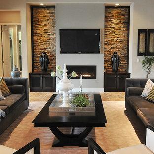 Modernes Wohnzimmer mit grauer Wandfarbe, Gaskamin und Wand-TV in Orlando