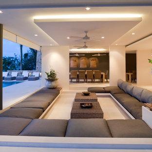 Ejemplo de salón abierto, tropical, grande