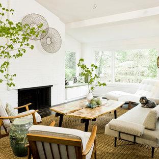 Retro Wohnzimmer mit weißer Wandfarbe in Portland