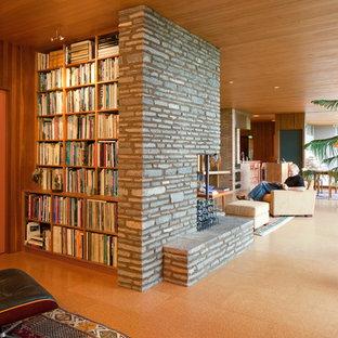 Inspiration för ett mellanstort 50 tals separat vardagsrum, med ett finrum, korkgolv, en standard öppen spis och en spiselkrans i sten