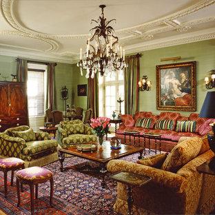 Cette photo montre un salon victorien fermé avec une salle de réception, un mur vert, un sol en bois brun et aucun téléviseur.