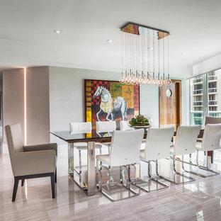 Cette photo montre un grand salon tendance ouvert avec aucune cheminée, un mur blanc, un sol en linoléum et un téléviseur fixé au mur.