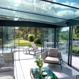 Diseño de salón abierto, contemporáneo, con suelo de baldosas de terracota y suelo blanco