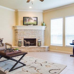 ダラスの中くらいのトランジショナルスタイルのおしゃれなLDK (ベージュの壁、セラミックタイルの床、コーナー設置型暖炉、レンガの暖炉まわり、コーナー型テレビ) の写真