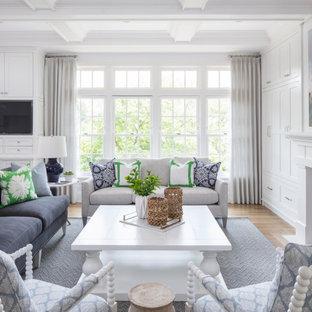 Großes, Repräsentatives, Offenes Klassisches Wohnzimmer mit weißer Wandfarbe, braunem Holzboden, Kamin, Kaminumrandung aus Holz, verstecktem TV, braunem Boden und Kassettendecke in Minneapolis