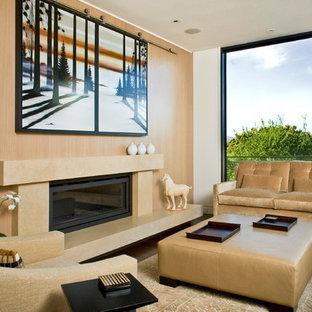 Réalisation d'un salon design avec un mur beige.