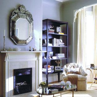 Inspiration för eklektiska vardagsrum, med lila väggar och en standard öppen spis