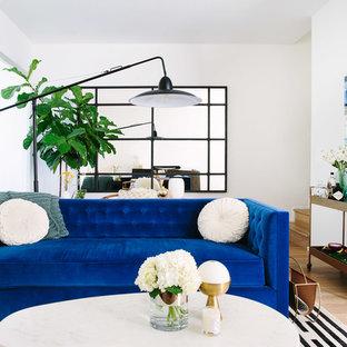 Immagine di un soggiorno minimal con pareti bianche e parquet chiaro