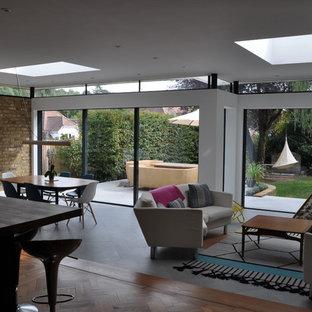 Modelo de salón para visitas abierto, minimalista, de tamaño medio, con paredes blancas, suelo de baldosas de terracota y suelo blanco