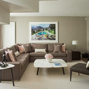 ロンドンのコンテンポラリースタイルのおしゃれな独立型リビング (茶色い壁、カーペット敷き、壁掛け型テレビ) の写真