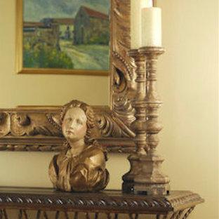 Idee per un soggiorno tradizionale di medie dimensioni e aperto con sala formale, pareti beige, parquet scuro, camino classico, cornice del camino in metallo, TV a parete e pavimento marrone