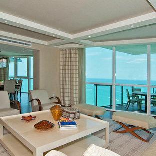マイアミのビーチスタイルのおしゃれなリビングの写真