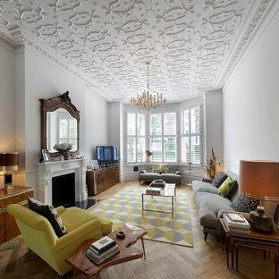 Idee per un soggiorno chic con pareti bianche, pavimento in legno massello medio e camino classico