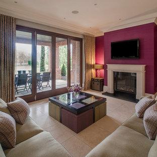 Immagine di un grande soggiorno contemporaneo aperto con pareti rosa e TV a parete