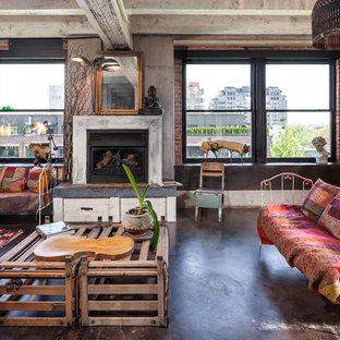Imagen de salón abierto, industrial, con paredes grises, chimenea tradicional y suelo de cemento