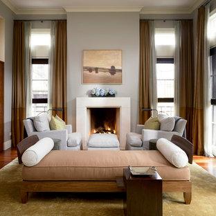 シカゴのトランジショナルスタイルのおしゃれなリビング (フォーマル、グレーの壁、標準型暖炉) の写真