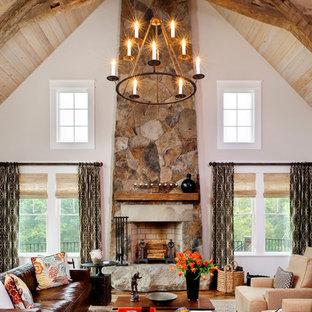 Foto på ett rustikt vardagsrum, med vita väggar, mellanmörkt trägolv och en spiselkrans i sten