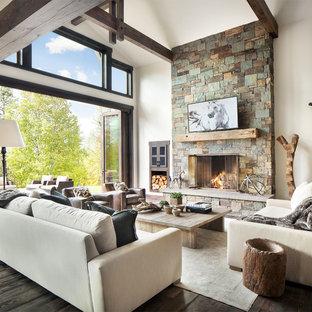 Inspiration för ett rustikt allrum med öppen planlösning, med ett finrum, vita väggar, mörkt trägolv, en standard öppen spis och en spiselkrans i sten