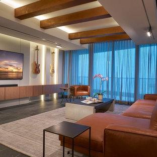 Idee per un grande soggiorno minimal chiuso con pareti beige, pavimento in ardesia, nessun camino, TV a parete e pavimento grigio