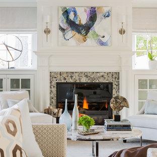 Foto de salón para visitas cerrado, tradicional renovado, pequeño, sin televisor, con marco de chimenea de baldosas y/o azulejos, paredes blancas y chimenea tradicional