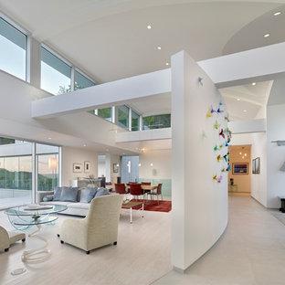 Idées Déco Pour Un Grand Salon Moderne Ouvert Avec Un Mur Blanc, Un Sol En