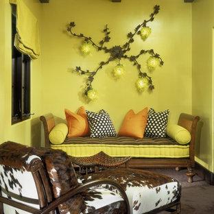Idee per un piccolo soggiorno eclettico chiuso con pareti verdi, moquette, nessun camino e nessuna TV