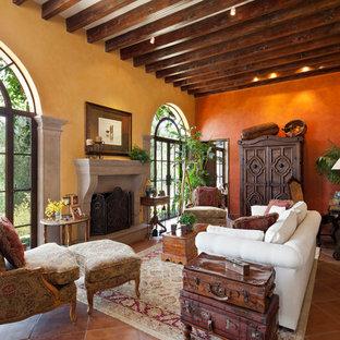 Idées déco pour un salon méditerranéen avec un sol en carreau de terre cuite et une cheminée standard.
