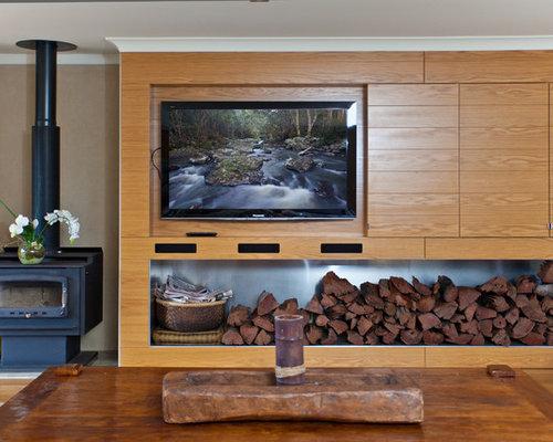 Salon avec un po le bois et un t l viseur fix au mur - Salon avec poele a bois ...