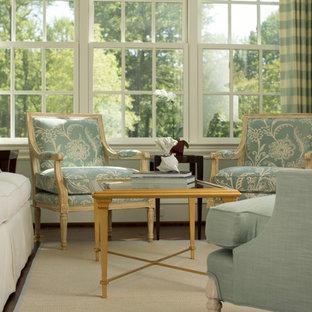 Foto di un ampio soggiorno chic chiuso con sala formale, pareti blu, pavimento in legno massello medio, camino classico e nessuna TV