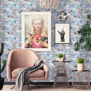Cette image montre un petit salon bohème ouvert avec un mur bleu, un sol en bois peint, un téléviseur encastré et un sol rose.