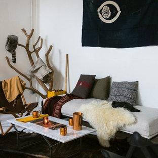 オースティンの小さいモダンスタイルのおしゃれな独立型リビング (白い壁、暖炉なし、テレビなし、白い床) の写真