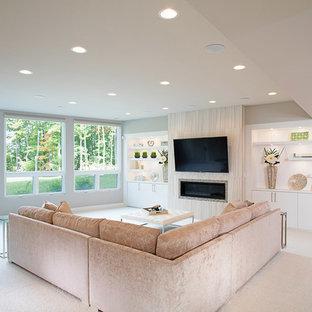 Inspiration för stora klassiska vardagsrum, med grå väggar, heltäckningsmatta, en bred öppen spis, en spiselkrans i trä och en väggmonterad TV