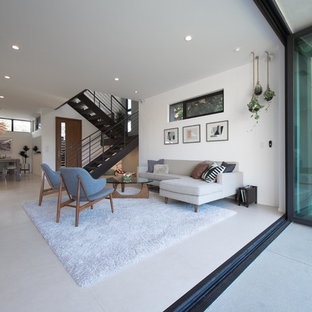 Ispirazione per un grande soggiorno contemporaneo aperto con pareti bianche, pavimento con piastrelle in ceramica, nessun camino, nessuna TV e sala formale
