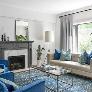 トロントのコンテンポラリースタイルのおしゃれなリビング (白い壁、濃色無垢フローリング、標準型暖炉、茶色い床) の写真