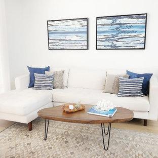 ロサンゼルスの小さいビーチスタイルのおしゃれなリビングロフト (白い壁、無垢フローリング、標準型暖炉、タイルの暖炉まわり、据え置き型テレビ) の写真