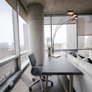 Ispirazione per un piccolo soggiorno industriale stile loft con pareti grigie, pavimento in laminato e TV autoportante